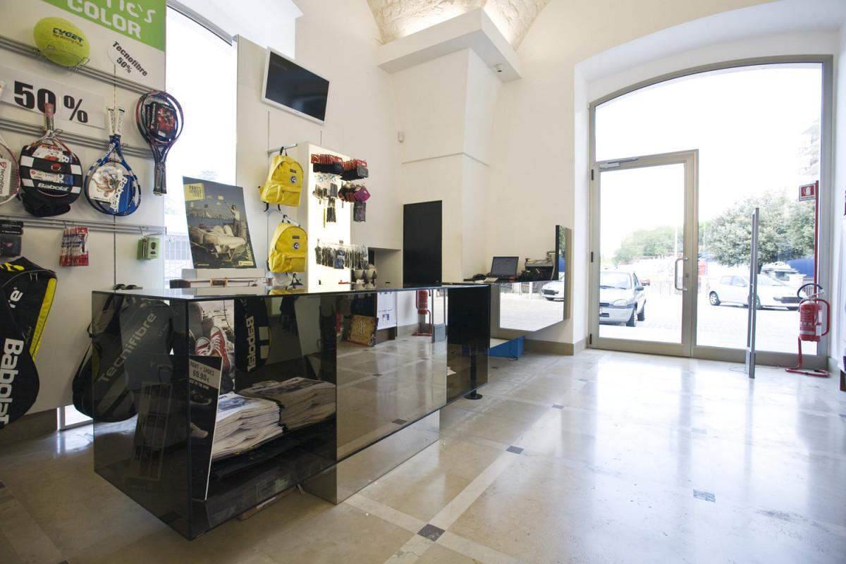 Arredamento negozio articoli sportivi atletic sport for Arredamenti martina franca