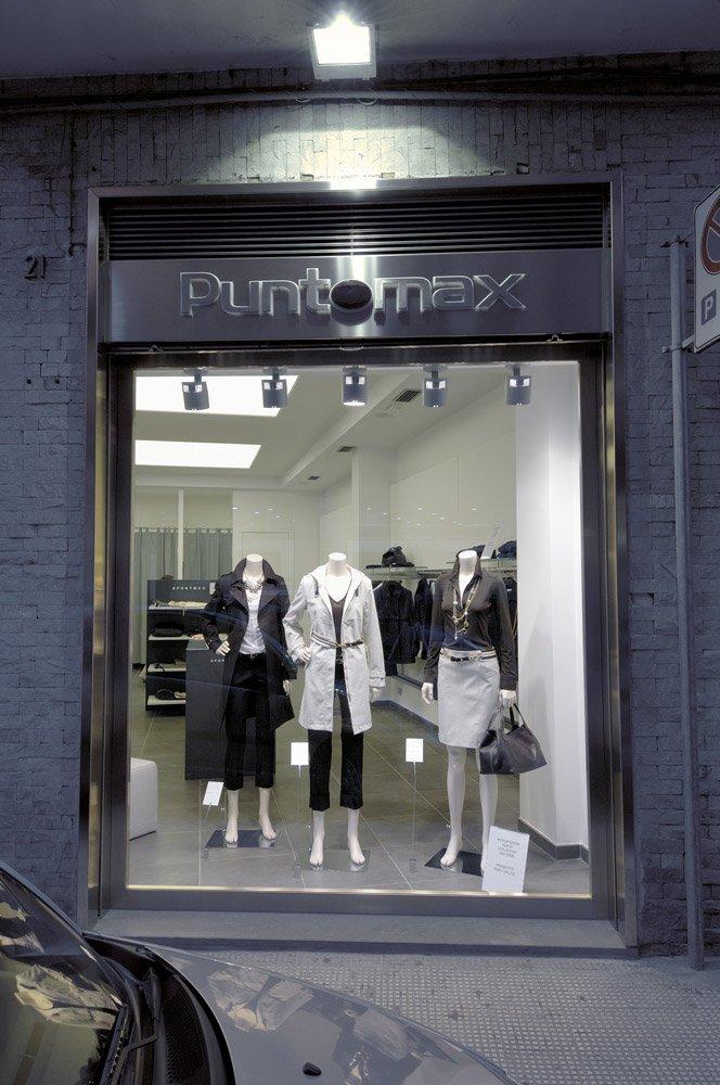 Arredamento negozi abbigliamento punto max barletta puglia for Negozi arredamento puglia