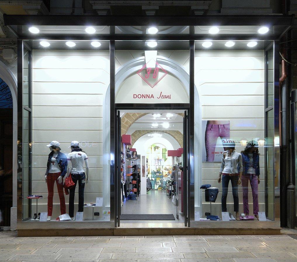 Arredamento negozi abbigliamento trenta donna taranto puglia for Negozi di arredamento taranto
